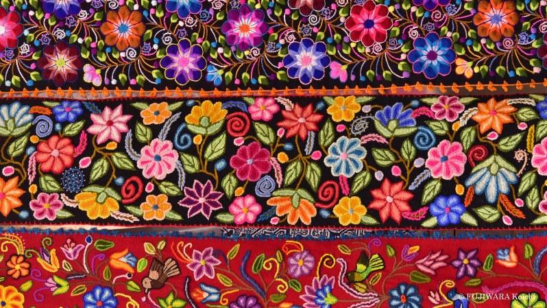 民族衣装に使われる伝統的な織物。柄のなかに花の蜜を求めて飛び回るハチドリが描かれている