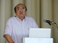 八幡高校で新元素発見の講演をする森田教授