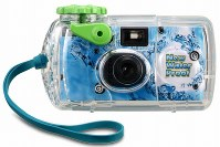 写ルンですNew WaterProof。2000年発売の現行品。防水カバー付きで、水深10メートルまで使える=富士フイルム提供