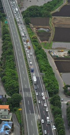 事故で渋滞する九州自動車道下り線=熊本市で2016年6月17日午前10時31分、田鍋公也撮影