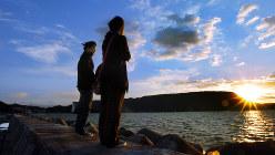 高松市・王の下沖防波堤の夕暮れ。映画「世界の中心で、愛をさけぶ」(04年)で主人公・朔太郎と急性白血病の恋人アキが語り合うシーンが撮影された=2004年11月、貝塚太一撮影