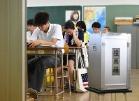 Students at Tokyo Metropolitan Takashima High School in Itabashi Ward, Tokyo, sit at their desks during a lecture given by members of Kids Voting Japan before a mock referendum on constitutional revisions on June 17, 2016. (Mainichi)