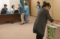 狛江市役所で行われている市長選(19日投開票)の期日前投票。この後、参院選、都知事選と続く=2016年6月17日、福沢光一撮影