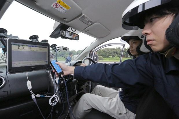 走行試験のため計測装置を設置した三菱自動車の「eKワゴン」=埼玉県熊谷市で2016年5月2日、宮武祐希撮影