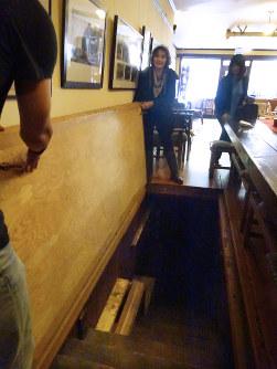 ホテルのロビーから地下のすしバーに続く階段=米シアトルのパナマホテルで2016年5月、野沢和弘撮影