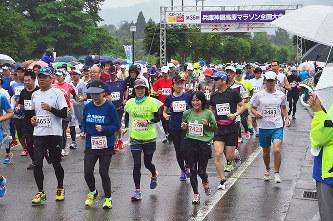 神鍋高原マラソン:雨の中4000人疾走 /兵庫 - 毎日新聞