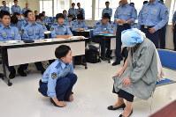 認知症患者への接し方について学ぶ県警察学校生ら=長野市の県警察学校で