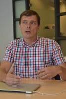 オランダ国民投票での選挙戦略について説明するファンダレンさん=アムステルダムで