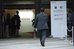 定時株主総会の会場に入る東芝の株主=2016年6月22日撮影