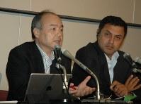 ソフトバンクの孫正義社長(左)と副社長に就任するニケシュ・アローラ氏=東京都中央区で2015年5月11日、鈴木一也撮影