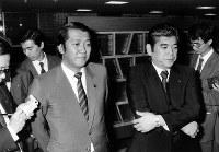 売上税反対発言で竹下登幹事長から注意を受けた後、記者団の質問に答える鳩山邦夫(左)、深谷隆司両衆院議員=自民党本部で、1987年2月13日撮影