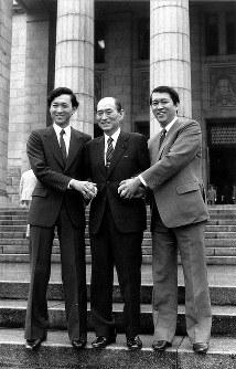 ガッチリ握手の鳩山ファミリー(左から由紀夫、威一郎、邦夫の3議員)=1986年7月22日撮影
