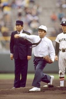始球式で、投球する鳩山邦夫文相=兵庫県西宮市の阪神甲子園球場で、1992年3月27日撮影
