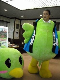 「サイバンインコ」の着ぐるみを試着する鳩山邦夫法相=2008年5月23日、坂本高志撮影