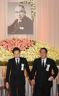 鳩山一郎没後50年祭で献花を終えた鳩山由紀夫民主党幹事長(左)と鳩山邦夫総務相=東京都内のホテルで2009年3月7日、北村隆夫撮影