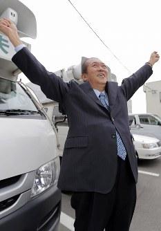 支援者へのあいさつへ向かう前、すっきりした表情で伸びをする鳩山邦夫さん=福岡県久留米市で2012年12月17日、三村政司撮影