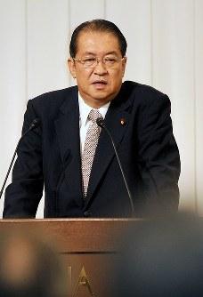 毎日・世論フォーラムで講演する鳩山邦夫元総務相=福岡市内のホテルで2014年11月10日、山下恭二撮影