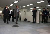 広い空きオフィスを視察する自民党地方創生実行統合本部の鳩山邦夫本部長(中央)ら。左は仁坂吉伸知事=和歌山市のノーリツ鋼機センタービルで2016年3月25日午後、稲生陽撮影