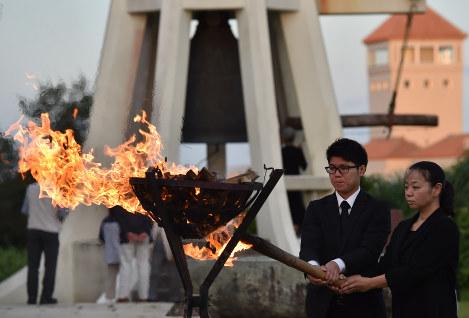 鎮魂の火を灯す遺族代表=沖縄県糸満市摩文仁で2016年6月22日午後7時12分、須賀川理撮影