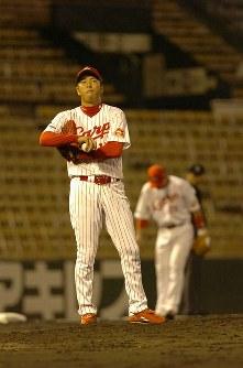 広島-ヤクルト 五回までに6点を奪われ、マウンド上でぼうぜんとする広島・黒田=広島市民球場で2005年6月21日、幾島健太郎撮影
