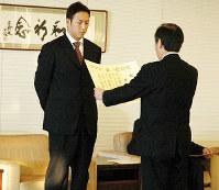 広島市民賞を受賞し、表彰される黒田博樹投手(左)=中区の広島市役所で2006年12月20日撮影