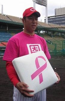 ピンクリボンをプリントしたベースを持ち、乳がん検査の受診を呼びかける広島・黒田博樹=広島市民球場で2007年5月19日撮影