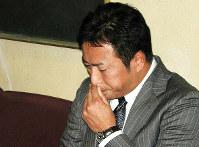 大リーグ移籍を表明した会見でカープへの思いを聞かれ、涙を見せる黒田博樹=2007年11月30日
