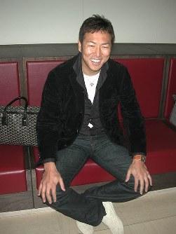 渡米前に笑顔を見せる黒田=広島空港で2008年1月28日、新井隆一撮影