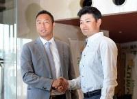 広島の緒方孝市監督(右)と握手する黒田博樹=沖縄市で2015年2月17日、久保玲撮影