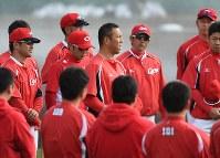 チームに合流し、ナインにあいさつする広島の黒田博樹投手(中央)=沖縄市のコザしんきんスタジアムで2015年2月18日午前9時55分、久保玲撮影