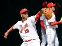 ブルペンで投球練習する広島の黒田博樹投手=沖縄市で2015年2月18日午前11時39分、久保玲撮影