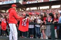 「おかえりなさい!」。黒田博樹投手との握手を求めて身を乗り出すカープファン=マツダスタジアムで2015年3月29日、大西岳彦撮影