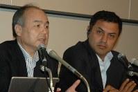 2015年5月、ソフトバンクの決算発表をするニケシュ・アローラ副社長(右)と孫正義社長=東京都中央区で、鈴木一也撮影