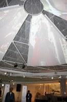 「山梨県立富士山世界遺産センター」のシンボル「冨嶽三六〇」の内側にあるスクリーン「胎内ビジョン」。再生を共通テーマにした映像が流れる=2016年6月22日午前11時48分、山梨県富士河口湖町船津の同センターで、小田切敏雄撮影