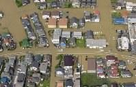 大雨の影響で道路が冠水した住宅地=広島県福山市で2016年6月23日午前8時37分、本社ヘリから西本勝撮影