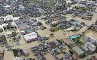 大雨の影響で道路が冠水した住宅地=広島県福山市で2016年6月23日午前8時33分、本社ヘリから西本勝撮影