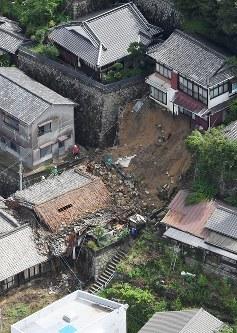 大雨の影響で全壊した家屋=広島県呉市で2016年6月23日午前9時21分、本社ヘリから西本勝撮影