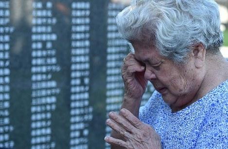 平和の礎を訪れ、祈りながら涙を流す具志千代さん(93)=沖縄県糸満市摩文仁で2016年6月23日午前6時54分、須賀川理撮影