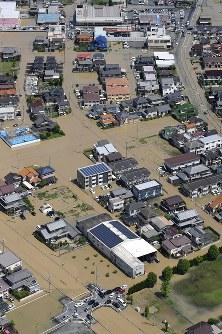 大雨の影響で冠水した住宅地=広島県福山市で2016年6月23日午前10時26分、本社ヘリから西本勝撮影
