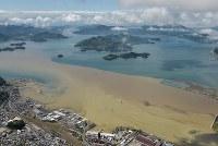 大雨の影響で濁った水(手前)が流れ込んだ海にできた境界線=広島県三原市2016年6月23日午前10時15分、本社ヘリから西本勝撮影