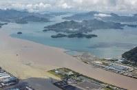 大雨の影響で濁った水(手前)が流れ込んだ海にできた境界線=広島県三原市2016年6月23日午前10時14分、本社ヘリから西本勝撮影