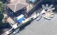 遺体発見現場を捜索する捜査員ら=東京都目黒区で2016年6月23日午後2時51分、本社ヘリから宮武祐希撮影