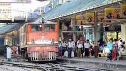 ミャンマーのヤンゴン中央駅=2015年11月29日、竹内紀臣撮影