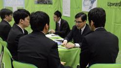 マイナビ合同会社説明会では企業側も優秀な学生を獲得しようと必死に自社をアピール=東京都内で、竹内紀臣撮影