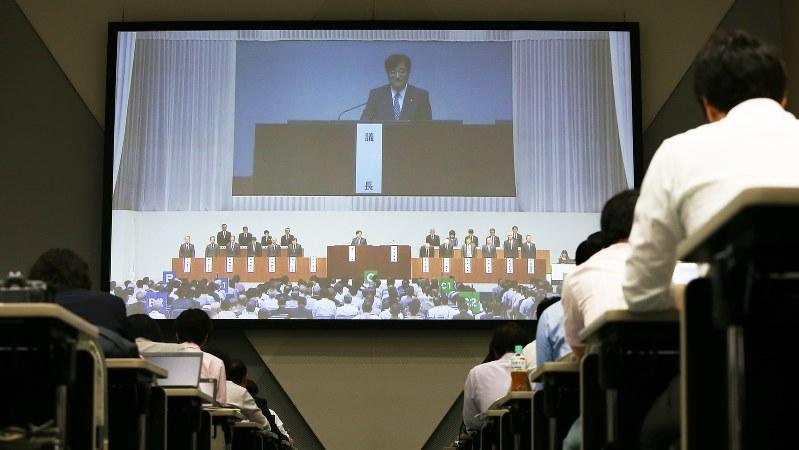 三菱自動車の定時株主総会が始まり、スクリーンに映し出される益子修会長=2016年6月24日、小出洋平撮影