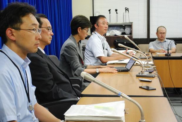 HPVワクチンの積極的な接種呼びかけを差し控えることを決定した後、記者会見に臨む厚生労働省の担当職員=厚生労働省で2013年6月14日、遠藤拓撮影