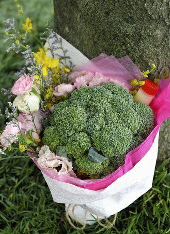 ブロッコリーと生花をラッピングして作ったブロッコリーブーケ. Q ブロッコリートスって何. 結婚式