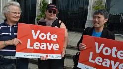 離脱を支持するボードを掲げる集会参加者=ロンドン市内で2016年6月19日、坂井隆之撮影