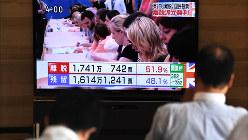 英国の国民投票でEU離脱派が勝利したことを伝えるテレビニュース=大阪取引所で2016年6月24日、山崎一輝撮影
