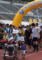 エンジョイランを楽しむ参加者たち=宇都宮市西川田4の県総合運動公園陸上競技場で